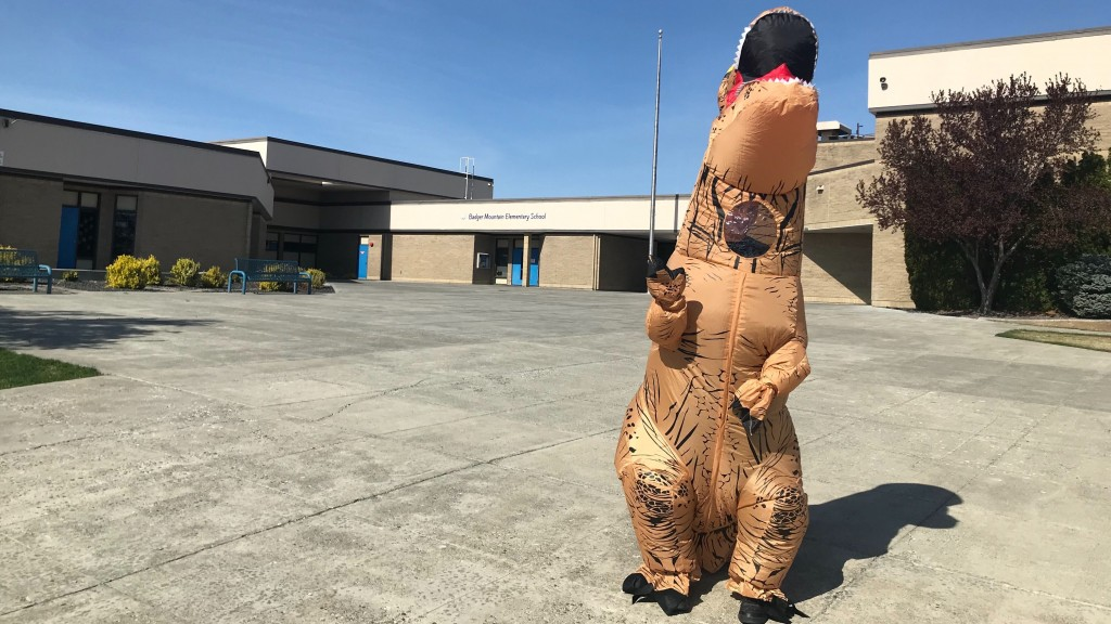 Richland Paraeducator Dresses Up As T Rex As Kids Pick Up School Lunch; Kaitlin Knapp Reports