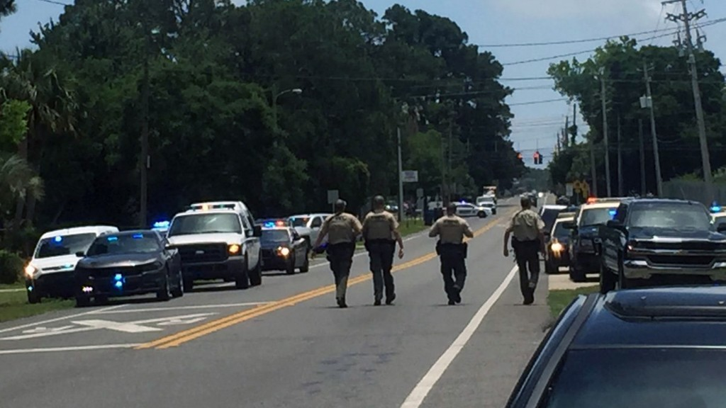 Suspect barricaded in Florida apartment found dead