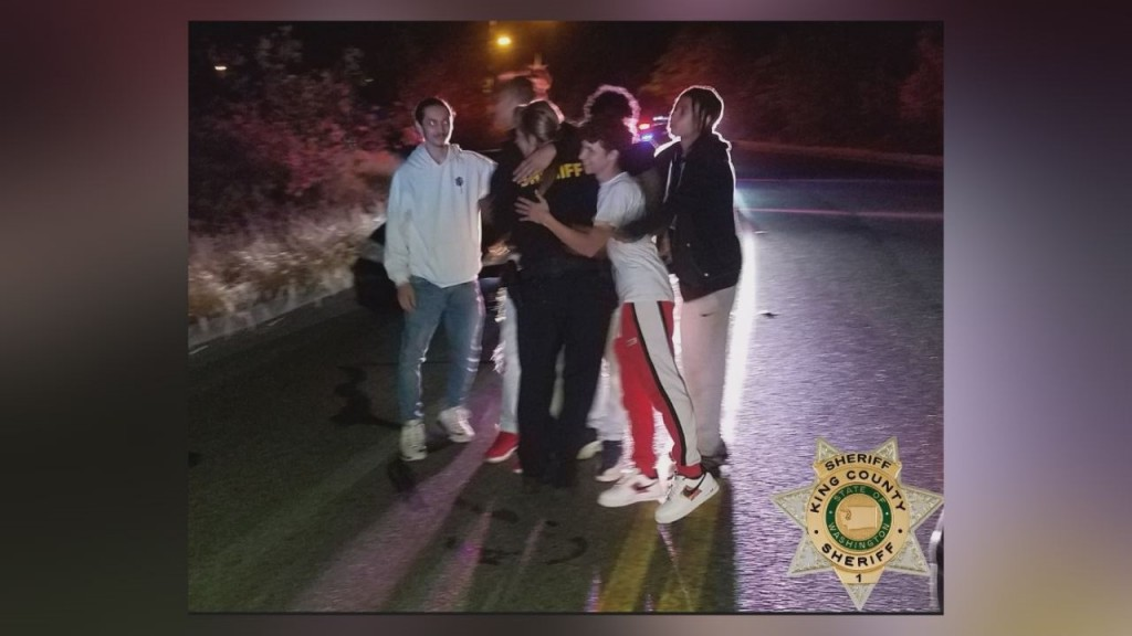 Teens save deputy from suspect