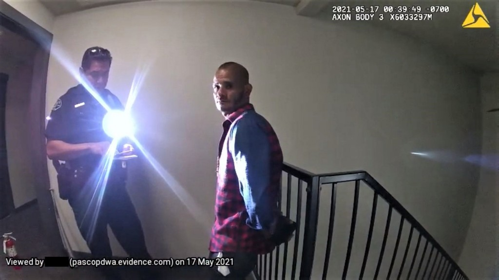 Pasco police arrest alleged arsonist lighting fire to apartment doors